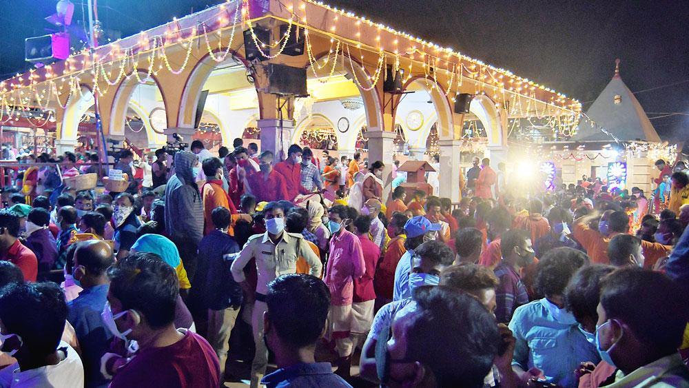 সমাগম: কালীপুজোর রাতে তারাপীঠ মন্দির চত্বরে। ছবি: সব্যসাচী ইসলাম