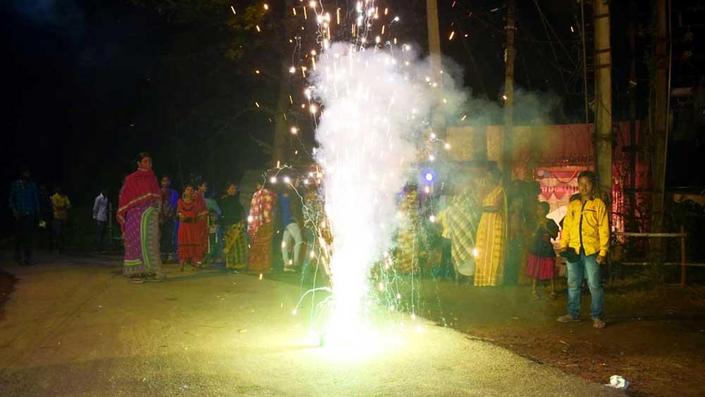 কামারপুকুর নয়নতারা বিদ্যালয়ের কাছে তুবড়ি পোড়ানো হচ্ছে।  ছবি: সঞ্জীব ঘোষ