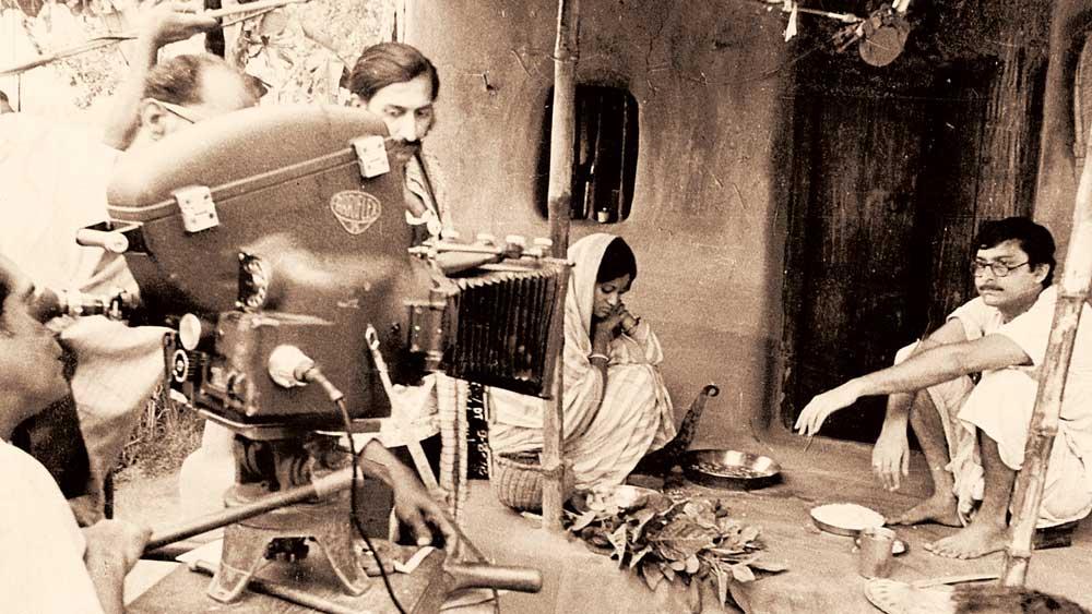 লেন্স: সত্যজিৎ রায়ের 'অশনি সঙ্কেত' ছবির শুটিংয়ে। ফাইল চিত্র