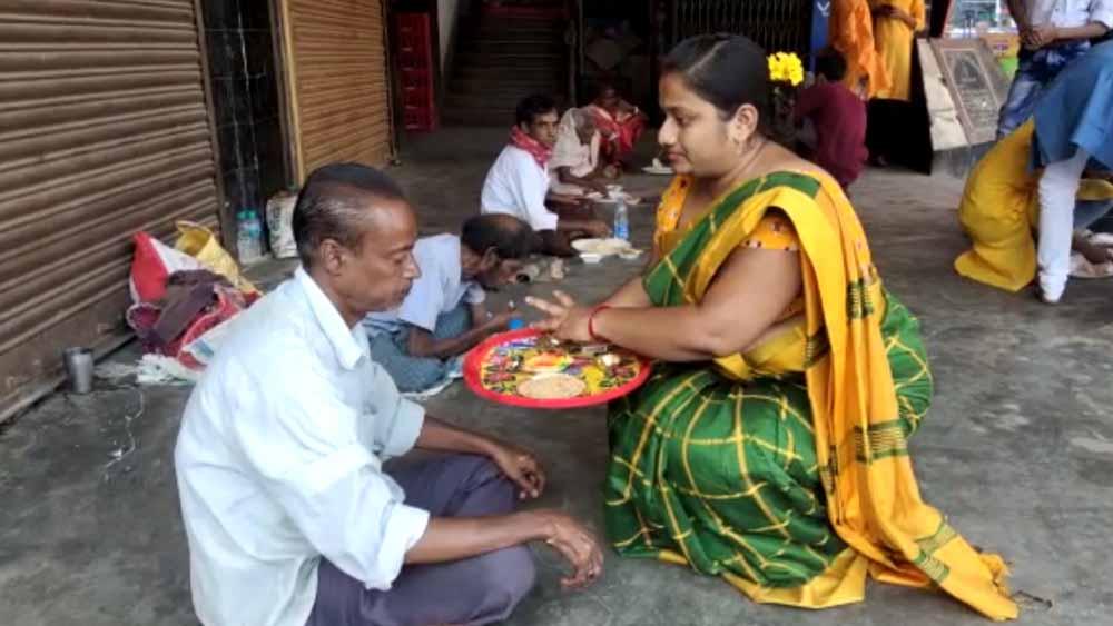 কান্দির সপ্তপুরী স্বেচ্ছাসেবী সংস্থার উদ্যোগে ভাইফোঁটা। নিজস্ব চিত্র।