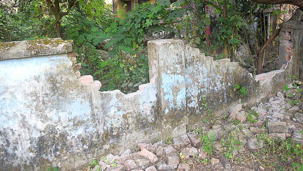 আমপানের তাণ্ডবে ভেঙে গিয়েছে রবীন্দ্র সরোবরের এই পাঁচিল।        নিজস্ব চিত্র