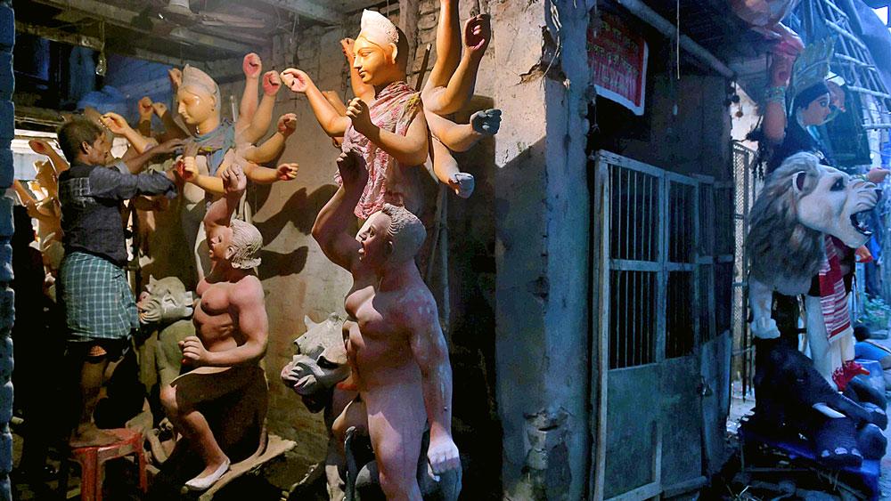 অনাদরে: বিক্রি না হওয়া দুর্গা প্রতিমার সারি। রবিবার, কুমোরটুলিতে। ছবি: সুদীপ্ত ভৌমিক