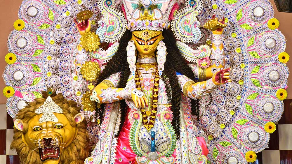 কৃষ্ণনগর আনন্দময়ীতলা বালকেশ্বরীর প্রতিমা। সোমবার। ছবি: সুদীপ ভট্টাচার্য