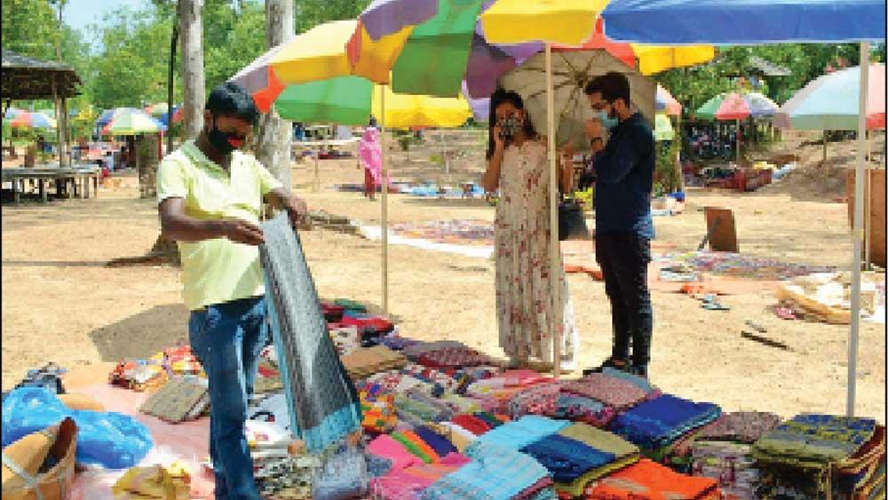 পসরা: সোনাঝুরিতে পর্যটকেরা কেনাকাটা করছেন। নিজস্ব চিত্র