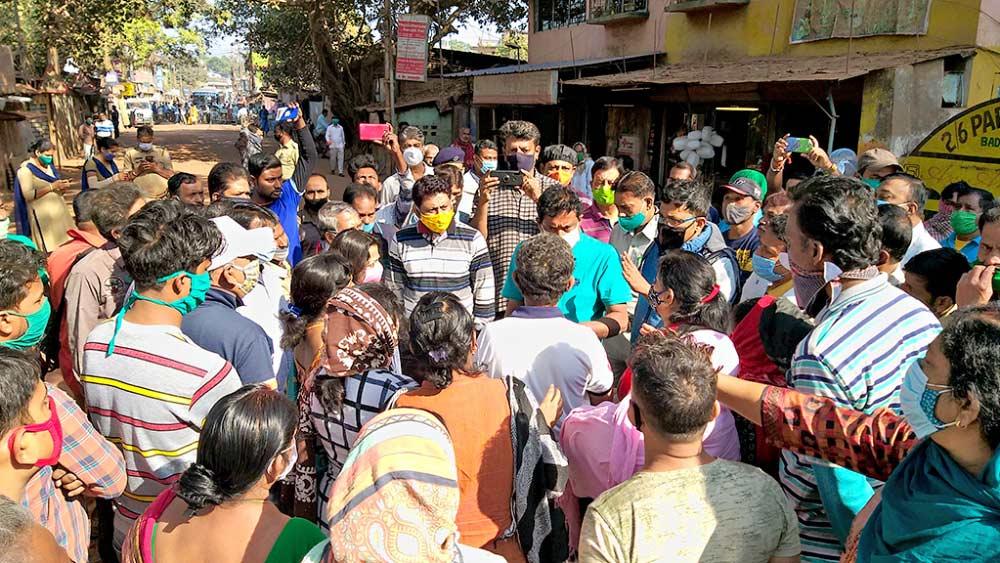 বেহাল রাস্তার প্রতিবাদে বিক্ষোভ স্থানীয়দের। সোমবার, ইছাপুরে। ছবি: মাসুম আখতার
