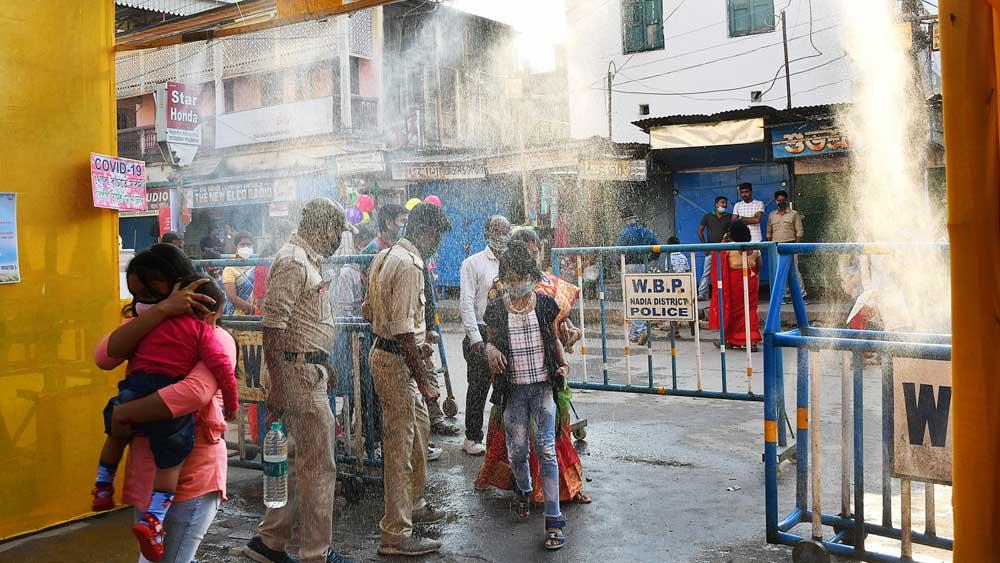 কৃষ্ণনগর চাযাপাড়া বারোয়ারিতে ছড়ানো হচ্ছে জীবাণুনাশক। সোমবার। নিজস্ব চিত্র