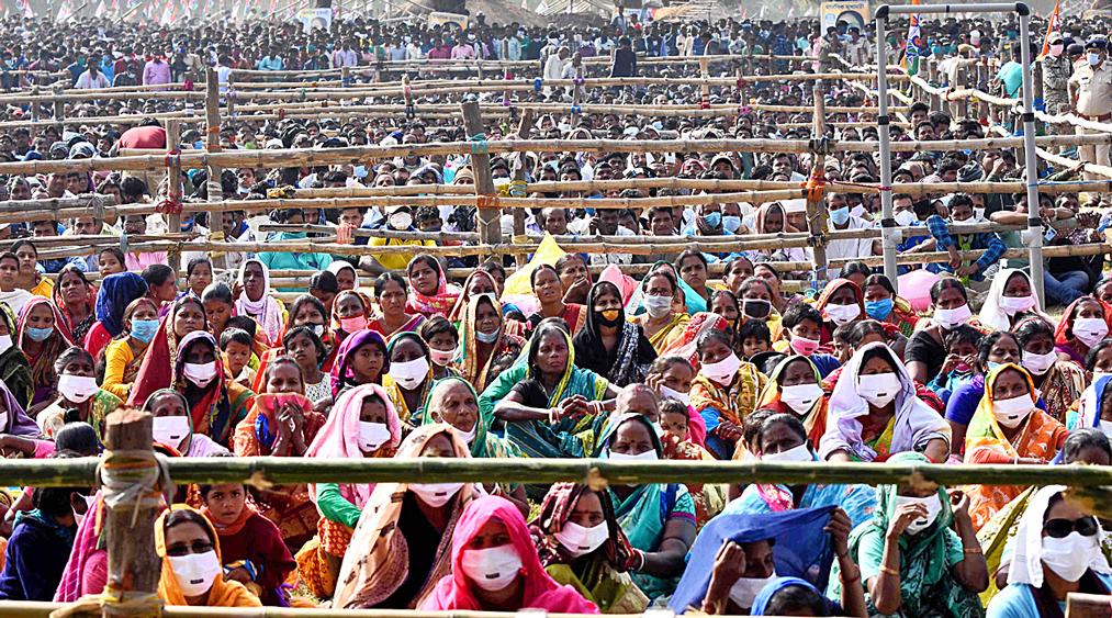 শ্রোতা: মমতা বন্দ্যোপাধ্যায়ের জনসভায়। বুধবার বাঁকুড়ার সুনুকপাহাড়ির হাটতলায়। ছবি: অভিজিৎ সিংহ