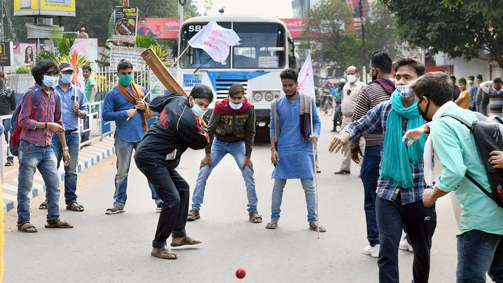 সরকারি বাস থামিয়ে রাস্তায় ক্রিকেট বাম ছাত্র-যুবদের। মেদিনীপুর শহরে। ছবি: সৌমেশ্বর মণ্ডল