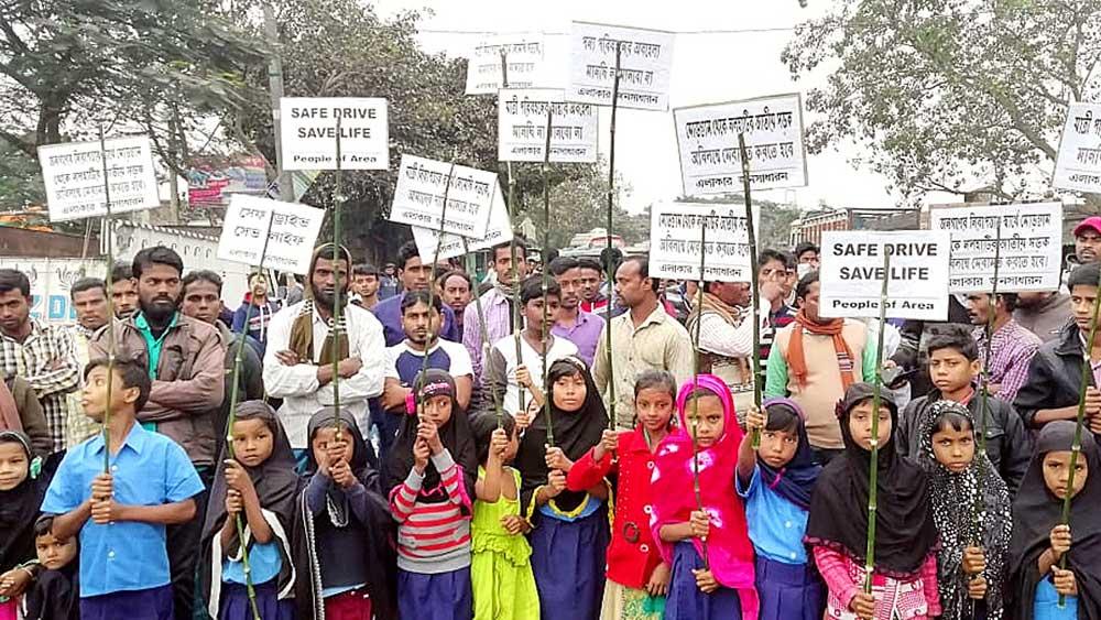 রানীগঞ্জ-মোড়গ্রাম জাতীয় সড়কে চলছে অবরোধ। ছবি: তন্ময় দত্ত