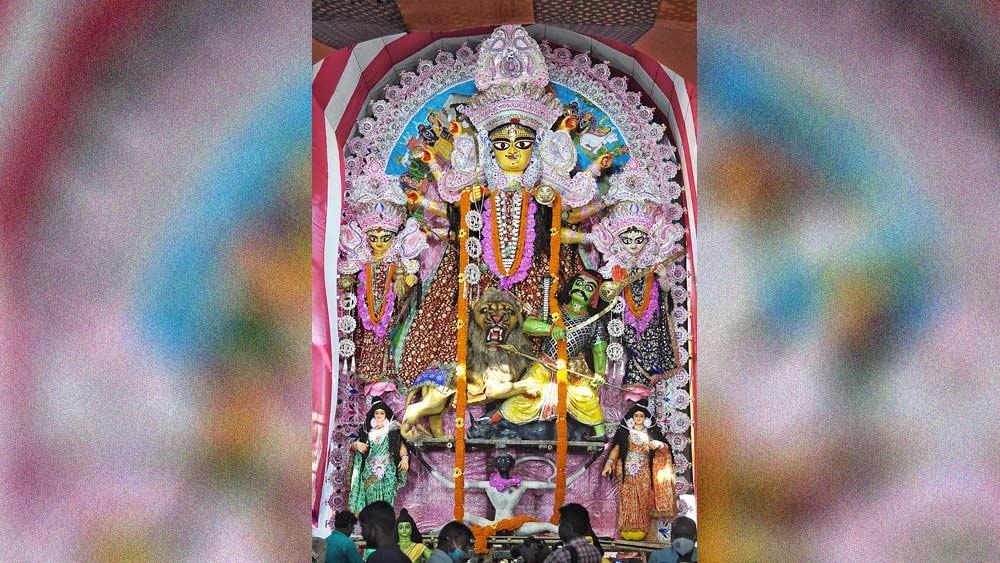 রাসের প্রতিমা। নবদ্বীপ চারিচারা বাজারের মূর্তি। ছবি: প্রণব দেবনাথ