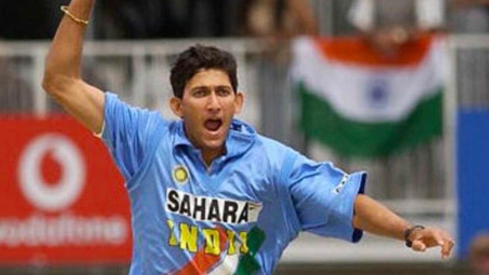 ১৯১ ওয়ান ডে-তে আগরকরের মোট উইকেট ২৮৮। সেরা গড় ৪২ রানে ৬ উইকেট। মোট রান করেছেন ১২৬৯। সর্বোচ্চ ৯৫। ২৬ টেস্টে উইকেট পেয়েছেন ৫৮টি। সেরা গড় ৪১ রানে ৬ উইকেট। মোট রান ৫৭১। সর্বোচ্চ অপরাজিত ১০৯।