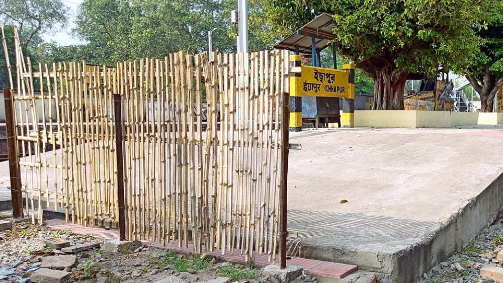 নীচে, ব্যারাকপুর শিল্পাঞ্চলের স্টেশনগুলিতে প্ল্যাটফর্মে ওঠানামার পথে ব্যারিকেড করা হয়েছে। ছবি: মাসুম আখতার