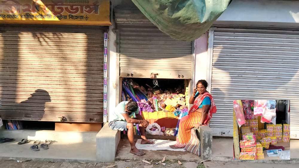 অর্ধেক শাটার নামিয়েই চলছে বাজি বিক্রি। চম্পাহাটির হারালে। ইনসেটে, লুকিয়ে বিকোচ্ছে আতশবাজি। বনগাঁয়।  ছবি: সমীরণ দাস ও নির্মাল্য প্রামাণিক