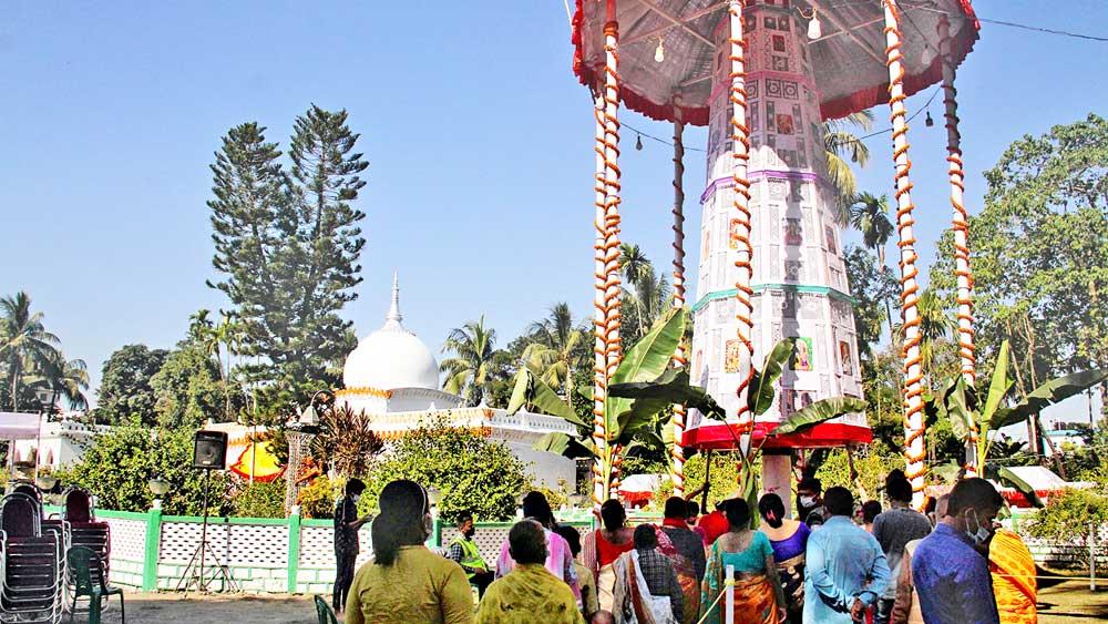 আরাধ্য: রাসচক্র ঘোরাতে ভক্তদের ভিড় মদনমোহন মন্দিরে। সোমবার কোচবিহারে। নিজস্ব চিত্র