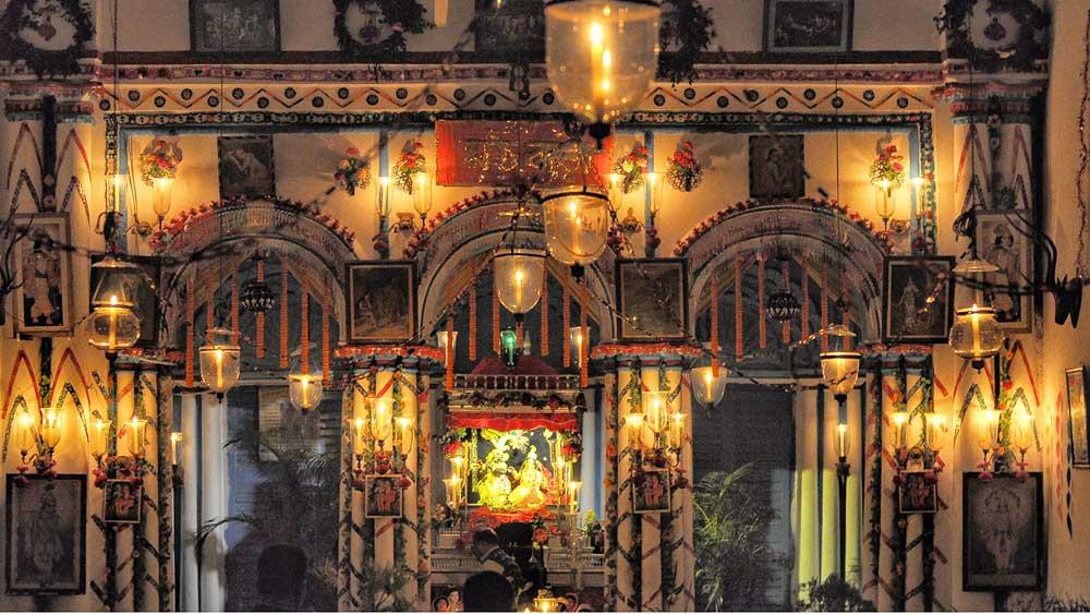রাসে সেজে উঠেছে শান্তিপুরের এক বিগ্রহ বাড়ি। সোমবার। ছবি: প্রণব দেবনাথ