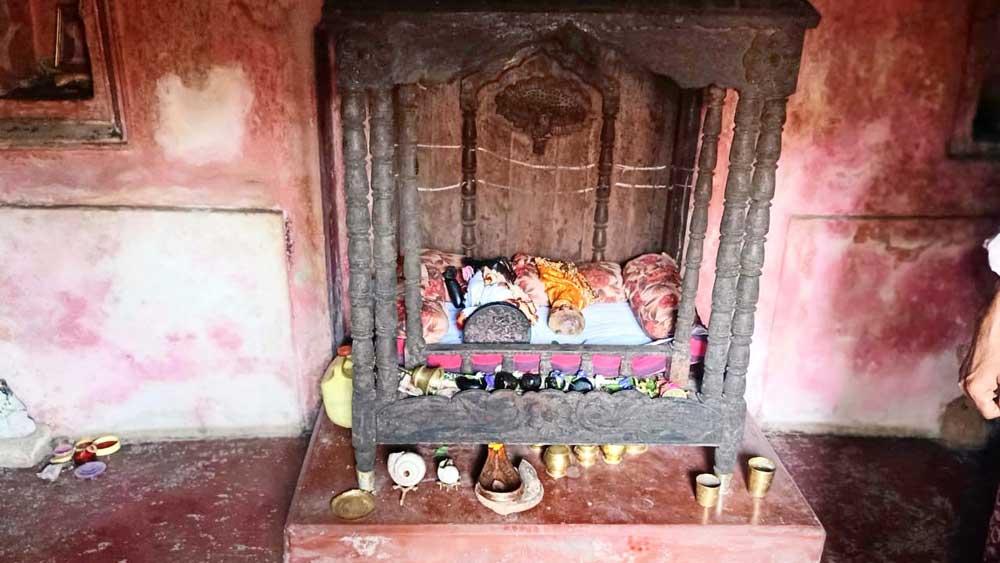 গলাতুনে মন্দিরে চুরি, ভাঙা প্রণামী বাক্স। ছবি: সুদিন মণ্ডল