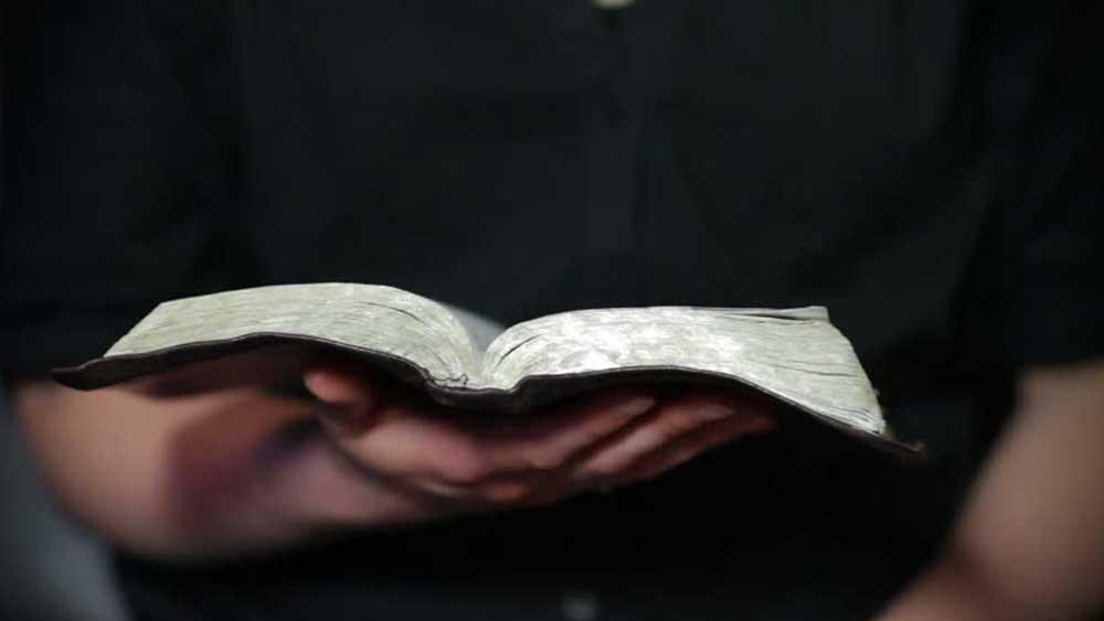 কারখানায় দিনভর পরিশ্রমের পরেও পড়াশোনা বন্ধ করেননি তিনি।                                                                                                                                                     (প্রতীকী ছবি)