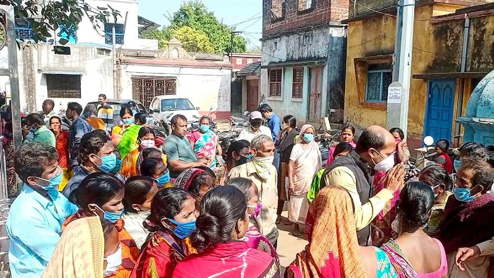 বিষ্ণুপুরের গোপালগঞ্জ-ষষ্ঠীবটতলা এলাকায় বিক্ষোভের মুখে এসডিও। ছবি: অভিজিৎ অধিকারী