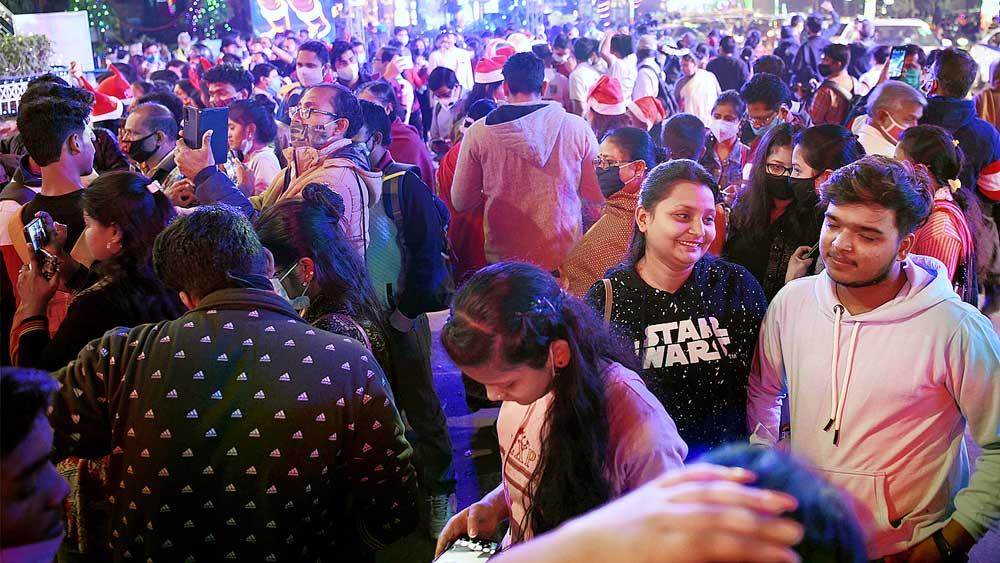 বেলাগাম: কোভিড-বিধি উড়িয়ে জনজোয়ারে ভাসল প্রাক্ বড়দিন। বৃহস্পতিবার।  পার্ক স্ট্রিটে  ছবি: সুমন বল্লভ