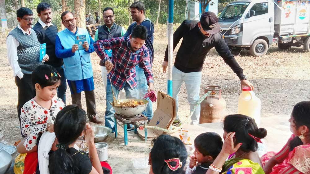 পরিমল কাননে রিপোর্ট কার্ড নিয়ে তৃণমূল নেতারা। নিজস্ব চিত্র।