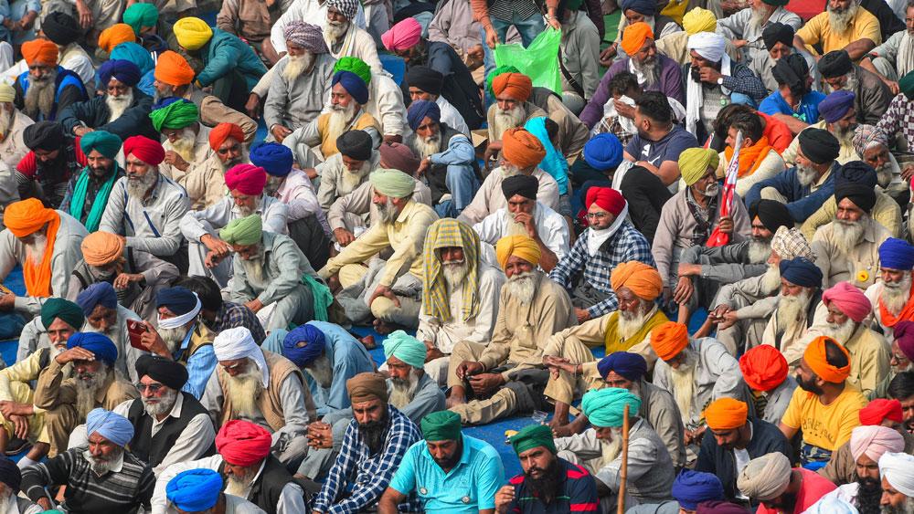 কৃষকদের আন্দোলনকে কেন্দ্র করে এক মেরুতে প্রায় দু'ডজন রাজনৈতিক দল। ছবি: পিটিআই।