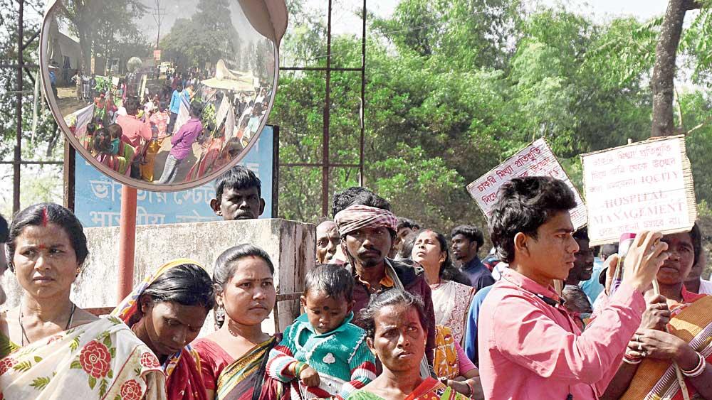 শনিবার দুর্গাপুরের একটি বেসরকারি হাসপাতালের সামনে বিক্ষোভ। নিজস্ব চিত্র