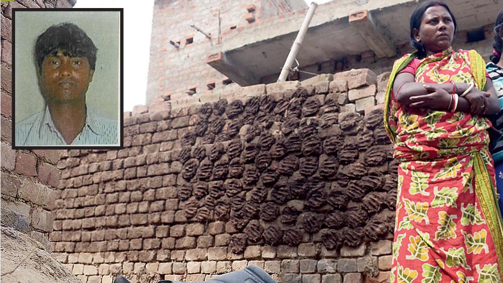 হজরতপুর বাসস্ট্যান্ড লাগোয়া দাসপাড়ার ওই ঘটনায় ক্ষোভের সৃষ্টি হয়েছে এলাকায়। ইনসেটে, তপন রুইদাস। ছবি: দয়াল সেনগুপ্ত