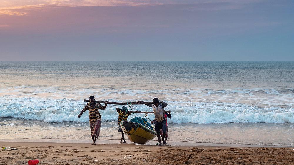 স্রোতে ভেসে: মাছ ধরার নৌকা নিয়ে