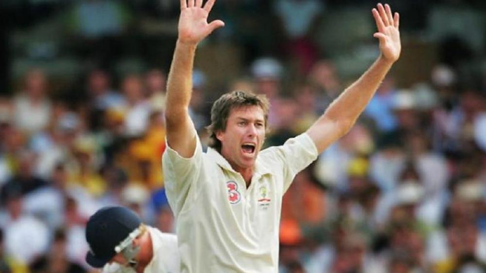 নতুন বলে আক্রমের সঙ্গী অস্ট্রেলিয়ার গ্লেন ম্যাকগ্রা। ১২৪ টেস্টে ২১.৬৪ গড়ে ৫৬৩ উইকেট নিয়েছেন ম্যাকগ্রা। ইনিংসে পাঁচ উইকেট নিয়েছেন ২৯ বার। টেস্টে ১০ উইকেট নিয়েছেন তিন বার।
