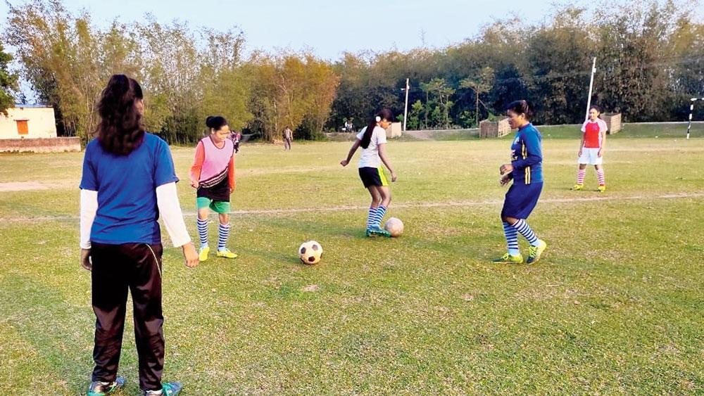 মাঝমাঠে: মহিলা ফুটবল দল। নিজস্ব চিত্র