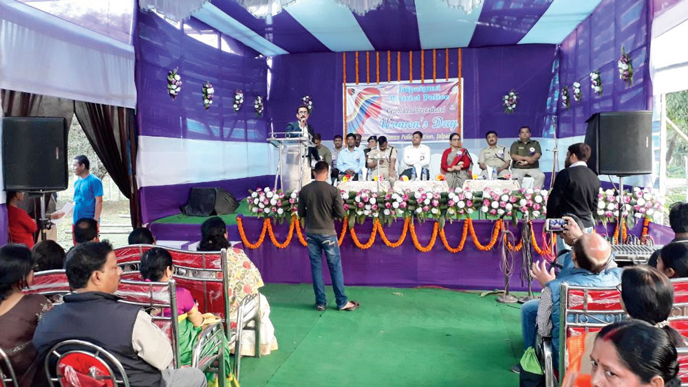 জলপাইগুড়ি মহিলা থানায় বক্স বাজিয়ে আন্তর্জাতিক নারী দিবসের অনুষ্ঠান। নিজস্ব চিত্র