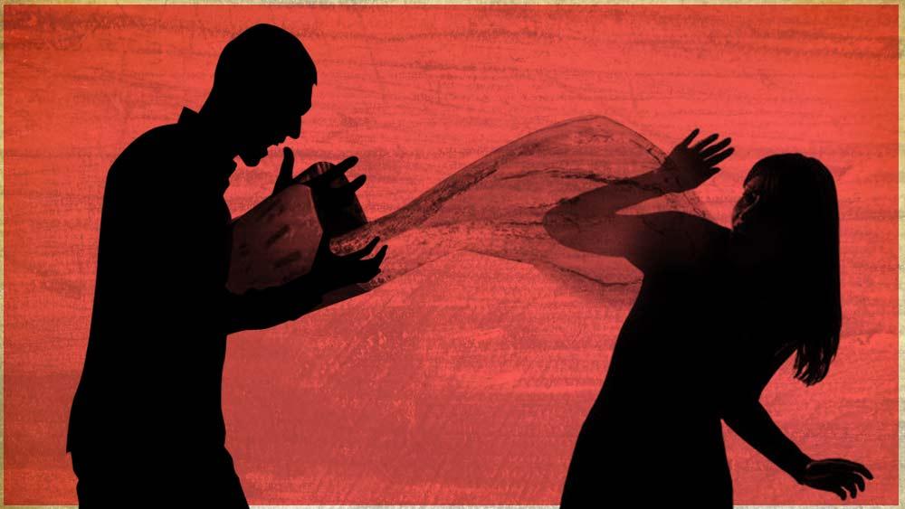 স্ত্রীয়ের গায়ে গরম জল ছুঁড়ছেন স্বামী। গ্রাফিক তিয়াসা দাস।