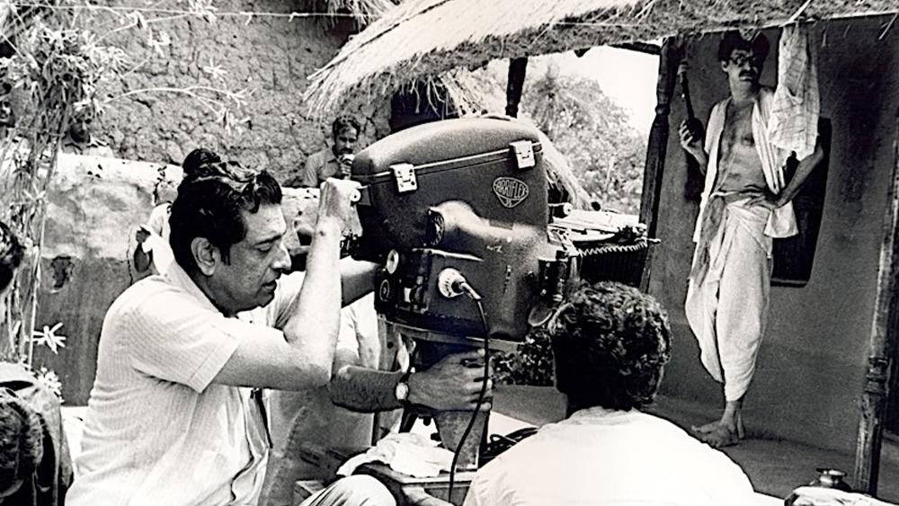 'অশনি সংকেত'-এর শুটিংয়ে বিশ্ববন্দিত পরিচালক।