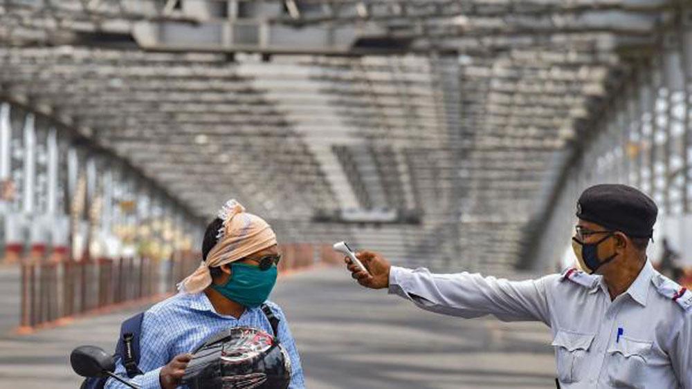 হাওড়া ব্রিজে চলছে তাপমাত্রা স্ক্রিনিং। ছবি: পিটিআই।