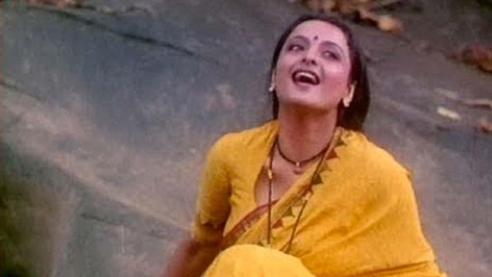 ইজাজত: ১৯৮৭ সালে মুক্তি পেয়েছিল এই ছবি। পরিচালনায় ছিলেন গুলজার। লেখক সুবোধ ঘোষের 'জতুগৃহ' গল্প অবলম্বনে এই ছবি বুনেছিলেন তিনি। প্রধান চরিত্রে রেখা এবং নাসিরুদ্দিন শাহ। সুধা এবং মহেন্দ্রর এক না বলা গল্প জানতে আপনি দেখে নিতেই পারেন এই ছবি।