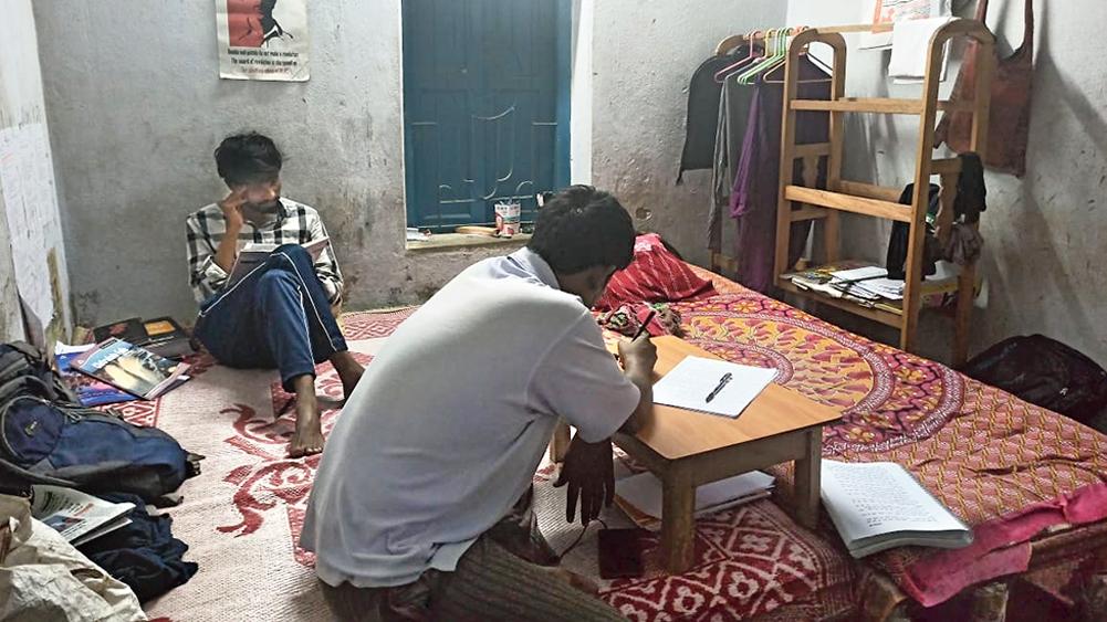 আটক: যাদবপুরের পালবাজারে একটি মেসে দিন কাটাচ্ছেন দুই ছাত্র। নিজস্ব িচত্র