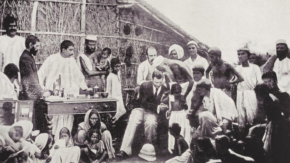 ১৮৯৪-র কলকাতায় চলছে কলেরার টিকাকরণ। ছবি সৌজন্য: উইকিমিডিয়া কমন্স।