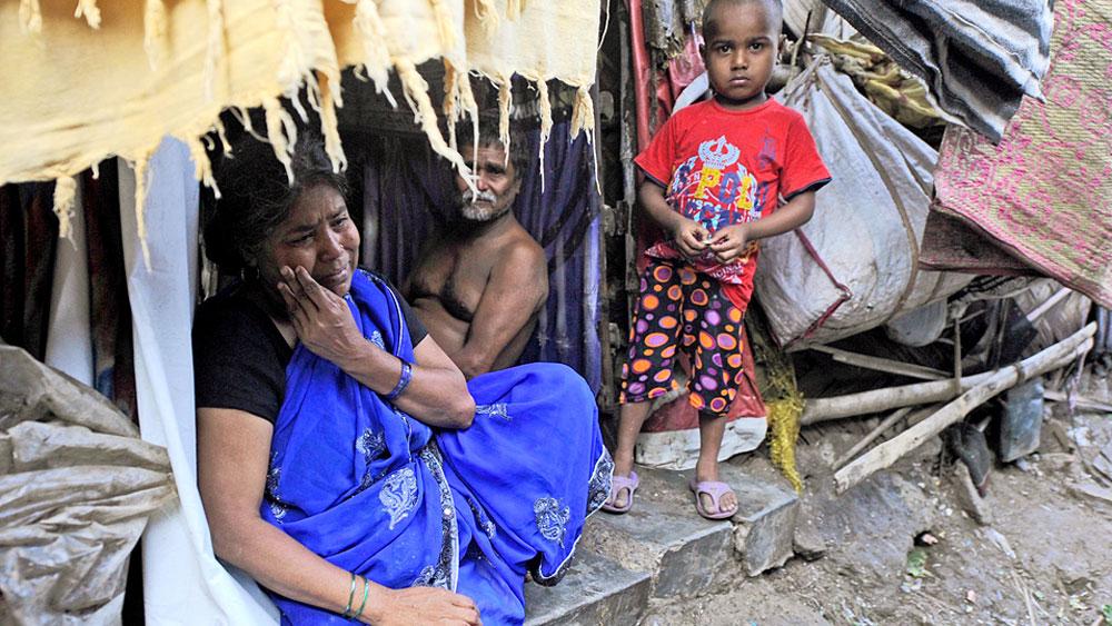 অসহায়: আমপানের তাণ্ডবে তপসিয়া বস্তিতে গৃহহীন বহু পরিবার। কিন্তু বাসিন্দাদের একাংশের অভিযোগ, বৃহস্পতিবার পর্যন্ত কোনও ত্রাণ পৌঁছয়নি এখানে। ছবি: সুদীপ্ত ভৌমিক