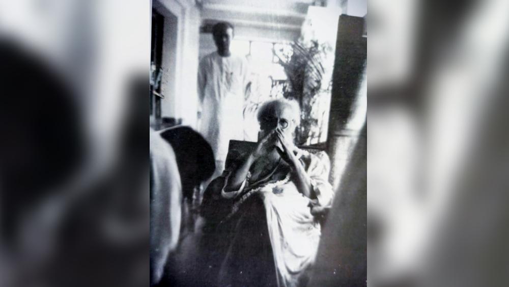 শান্তিনিকেতনে শেষ জন্মোৎসব, ১৪ এপ্রিল, ১৯৪১। আলোকচিত্রী শম্ভু সাহা।  ছবি: বিশ্বভারতী রবীন্দ্রভবন সংগ্রহ