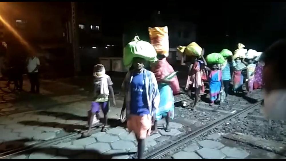 লাইন ধরে এগিয়ে চলেছেপরিযায়ী শ্রমিকের দল। নিজস্ব চিত্র