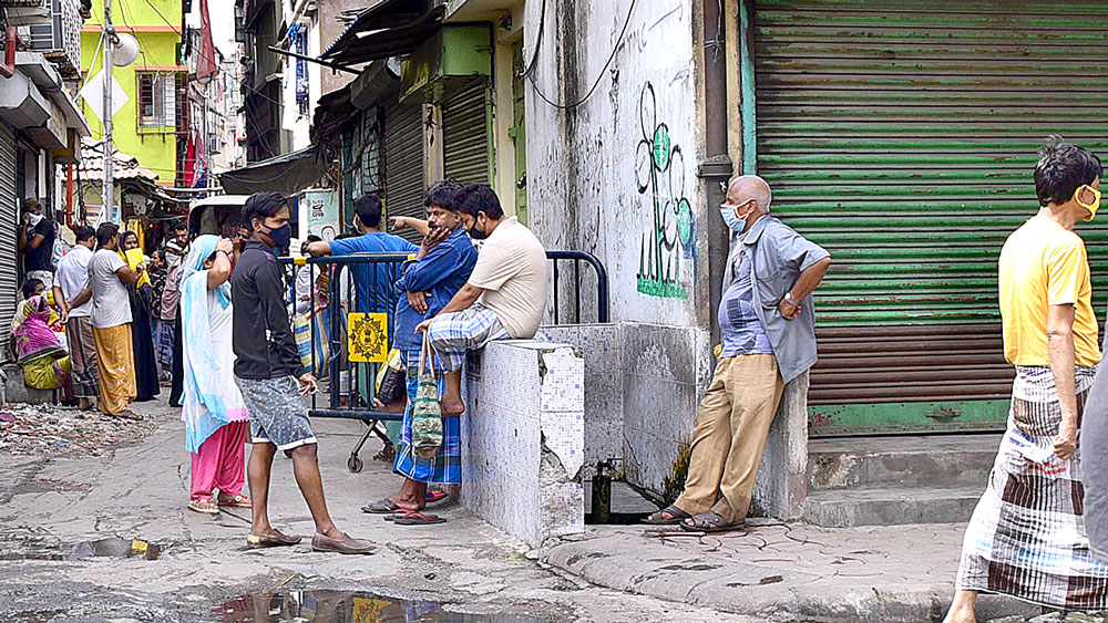 বিধি উড়িয়ে: রেড জ়োন বেলগাছিয়ায় চলছে আড্ডা। শুক্রবার। নিজস্ব চিত্র