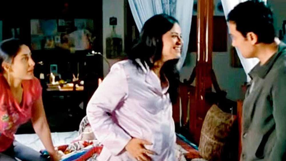 কিন্তু কিন্তু করলেও ২০০৮ সালে 'রাধা কি বেটিয়াঁ কুছ কর দিখায়েগি'-তে রৌনক কপূরের চরিত্রে দেখা যায় মোনাকে। সে বছরই বড় পর্দায় তাক লাগিয়ে দেন তিনি। করিনা কপূরের দিদির চরিত্রে 'থ্রি ইডিয়টস' ছবিতে তাঁর অভিনয় নজর কাড়ে সকলের। এর পর 'উট পটাঙ্গ', 'জেড প্লাস'-এর মতো ছবিতে অভিনয় করলেও, সেগুলির কোনওটিই 'থ্রি ইডিয়টস'-এর মতো সাফল্য পায়নি।