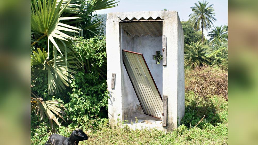 শৌচাগার থাকলেও দরজা ভেঙে যাওয়ায় ব্যবহার করা হয় না। বান্দোয়ানের বুড়িঝোরে। নিজস্ব চিত্র