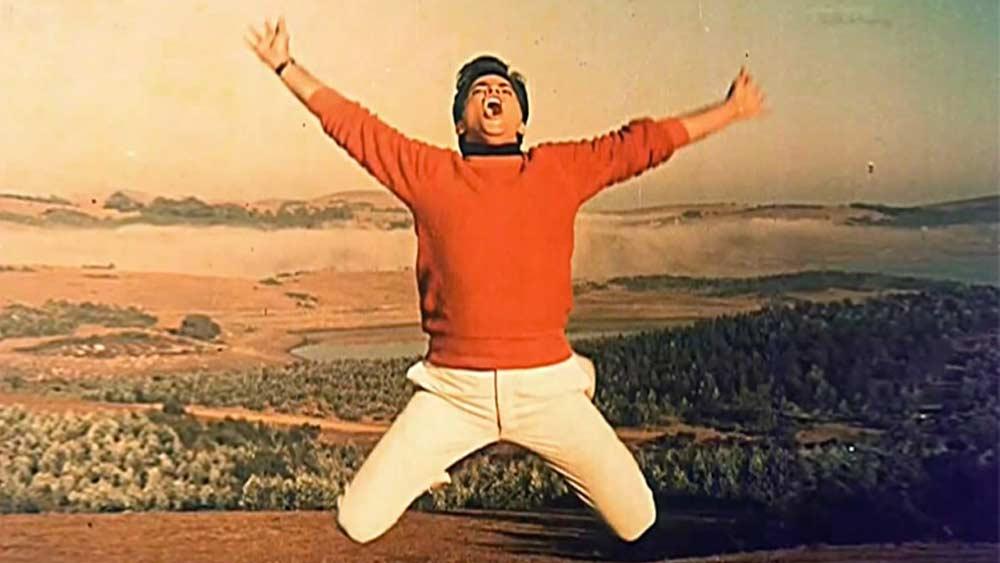 কেরিয়ারের প্রথম দিকে রীতিমতো কাঠখড় পোড়াতে হলেও ১৯৬৭ সালে কপাল খুলে যায় জিতেন্দ্রর। তত দিনে তিন তিনটে ফিল্মে অভিনয় করে ফেলেছেন। তবে তেমন চোখে পড়েননি। '৬৭-তে বক্স অফিসে এল 'ফর্জ'। তাতেই কেল্লাফতে করলেন জিতেন্দ্র।