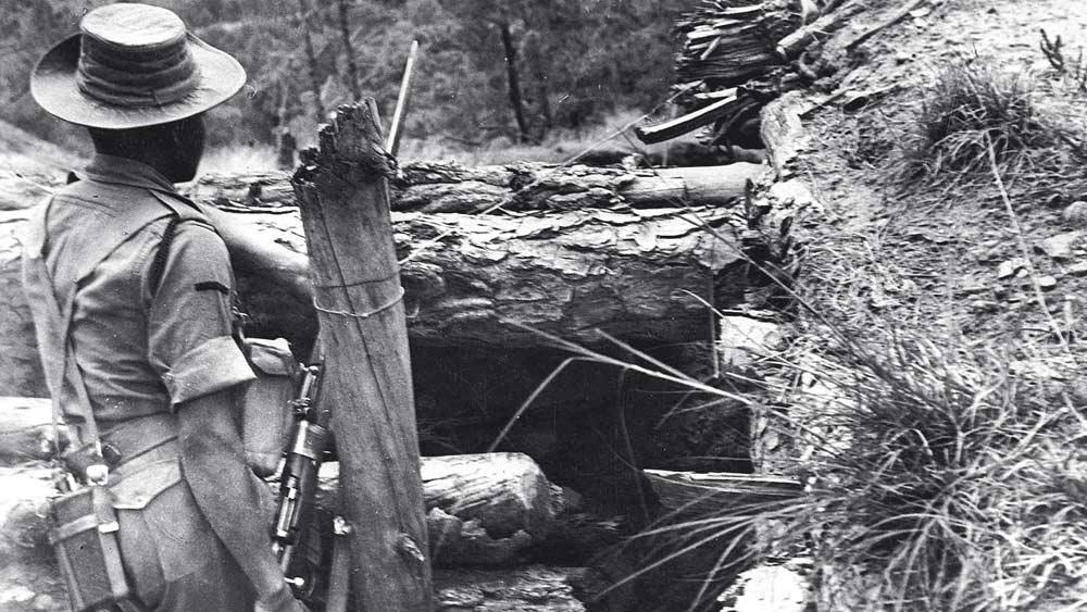 অতন্দ্র: ভারত-চিন যুদ্ধের সময় লাদাখে একটি অস্থায়ী ঘাঁটি আগলাচ্ছেন এক ভারতীয় সেনা। ১৯৬২। ছবি: গেটি ইমেজেস