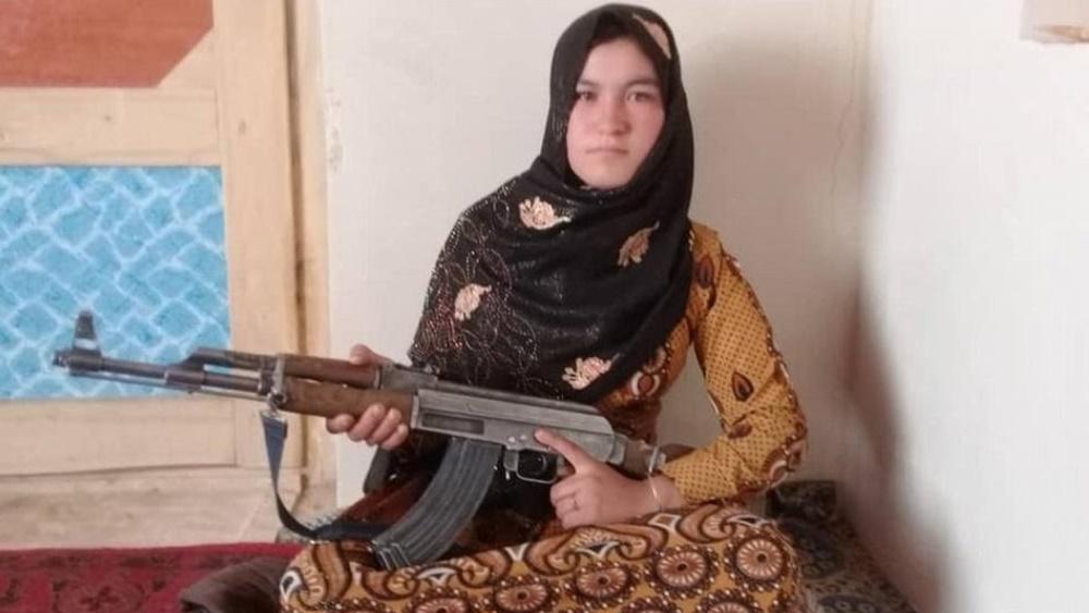 একে-৪৭ হাতে আফগান কিশোরী কামার গুল। ছবি টুইটার থেকে নেওয়া।
