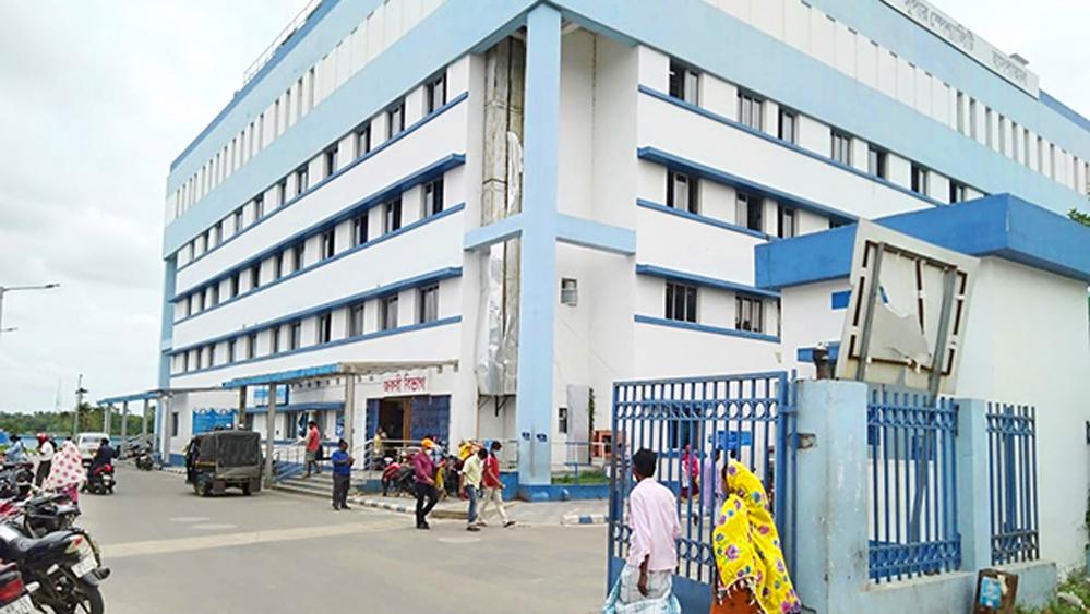 বসিরহাট মহকুমা হাসপাতাল। এখানেই আনা হয়েছে ভেন্টিলেটর