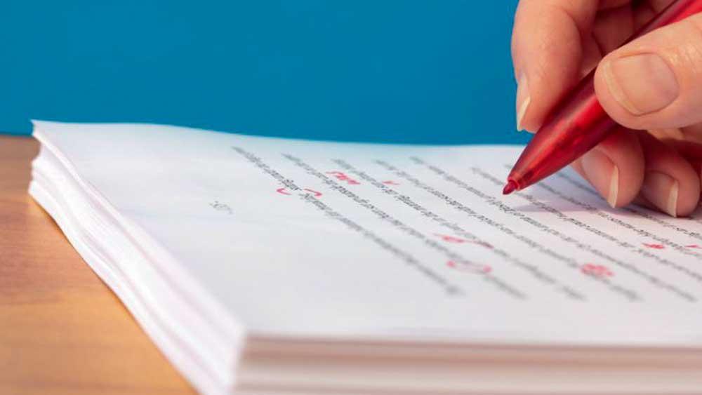 তাঁর জীবনের কথা আট বছর ধরে লিখেছেন সিক্কা। সেহমত পাণ্ডুলিপি পড়তেন এবং বেশির ভাগ অংশ আন্ডারলাইন করে বাদ দিতে বলতেন। বিন্দুমাত্র অতিরঞ্জন পছন্দ করতেন না। ২০০৮ সালে প্রথম বার প্রকাশিত হয় 'কলিং সেহমত'। ২০১৮-এ মুক্তি পায় 'রাজি'। (ছবি: শাটারস্টক)