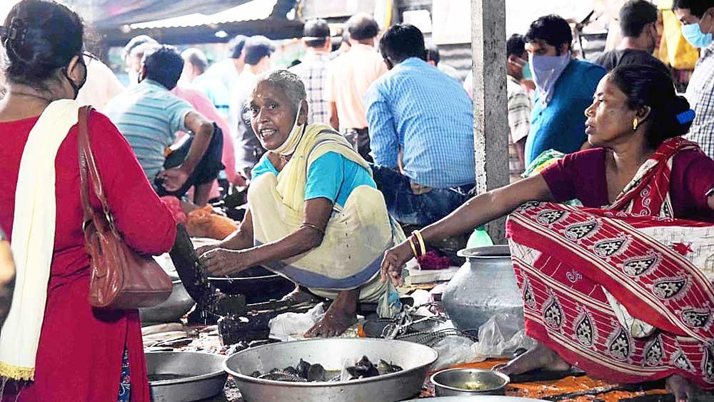 বহরমপুরের বাজারে মাছ নাগালের মধ্যে। নিজস্ব চিত্র।
