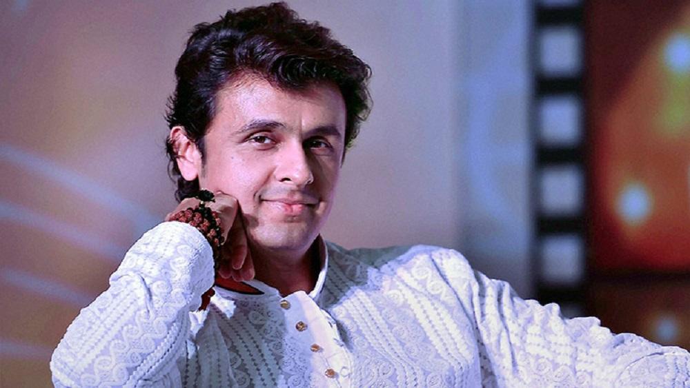 ১৯৯০ সালে 'জানম' ছবিতে প্রথম প্লেব্যাকের সুযোগ পানম সোনু। সেই ছবি কখনও মুক্তি না পেলেও, তার পর রেডিয়ো এবং বিজ্ঞাপনে কাজ করার সুযোগ পেয়ে যান তিনি। এর পর ১৯৯২ সালে 'আজা মেরি জান' ছবিতে গান গাওয়ার সুযোগ পান তিনি। সেই বছরই তাঁর প্রথম অ্যালবাম 'রফি কি ইয়াদে' মুক্তি পায়।